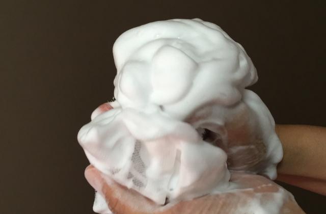 洗顔フォームを泡立てネットで泡立たせる
