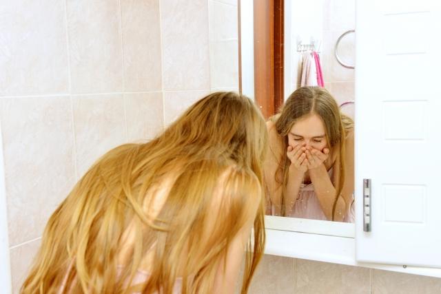洗顔をする外国人女性