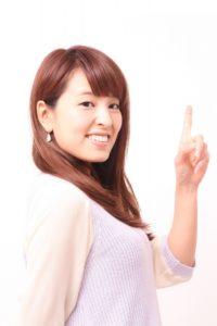 人差し指を立てる女性2
