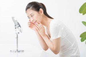 鏡で肌をチェックする女性(横顔)8