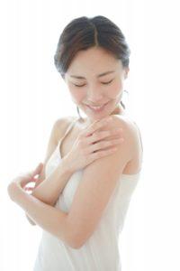 腕に触れる女性8