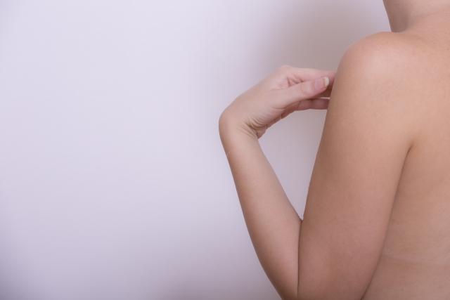 女性の肩と腕