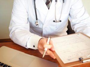 問診するドクター01