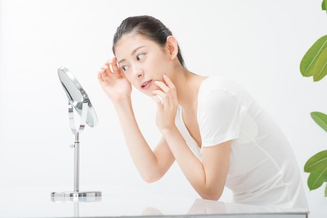 鏡で肌をチェックする女性(横顔)12