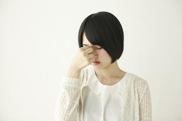 目を押える日本人女性