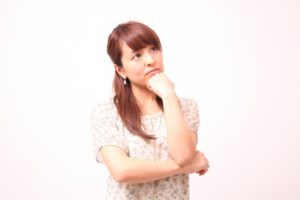 顎に手をついて考える女性3