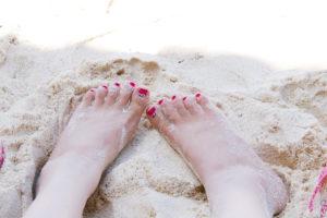 砂浜と女性の足