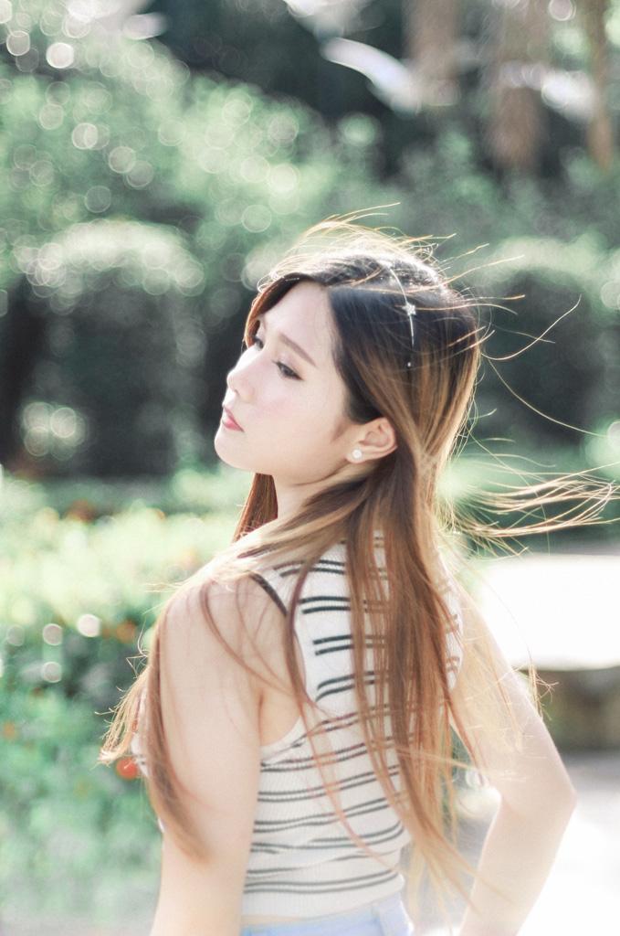 髪の毛がなびく中国人女性のポートレイト