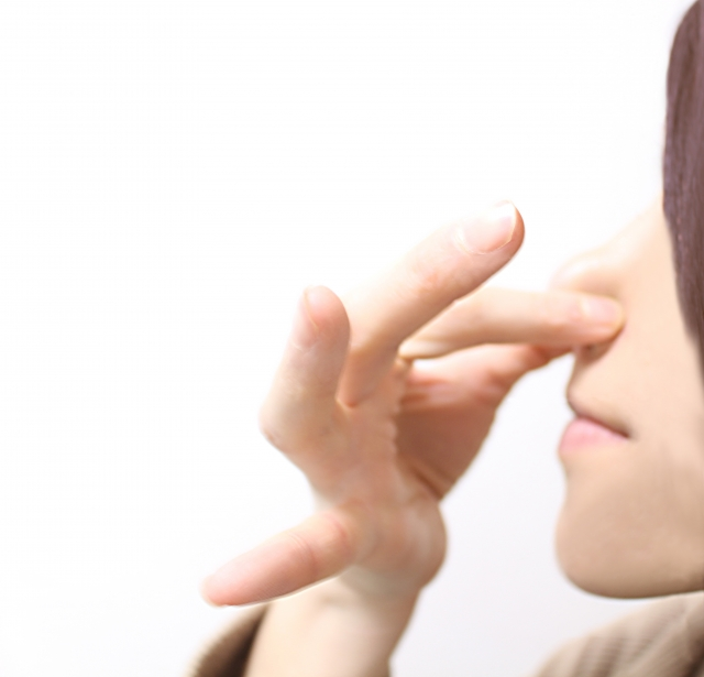 鼻をつまむ(横)