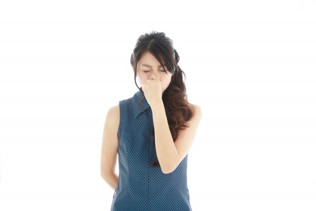 鼻をつまむ日本人女性